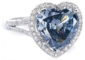Обновлено 14/08/13 00:16. Кольцо с голубым бриллиантом огранка Сердце 5,01 карат в окружении белых бриллиантов